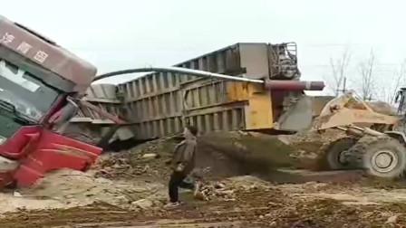 大货车工地卸渣土,结果起重机直接被压弯了,损失惨重啊!