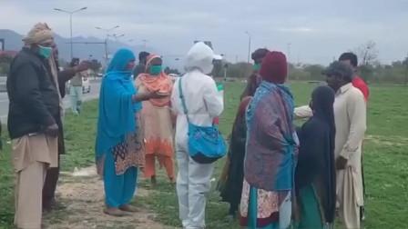 中国姑娘为巴基斯坦人发口罩