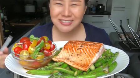 泰国主妇下厨房做芦笋炒鱼,番茄沙拉太健康了