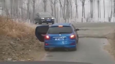 行车记录仪:这车技就该买自动挡的,一脚油门上去多省事啊!