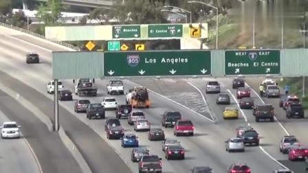 美国警察高速公路蛇形,压制速度,别超车!