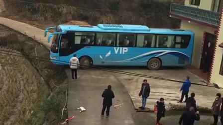 广西南宁:这大巴车在这堵了一上午了,广西司机技术不行也不知道叫救援,心累!