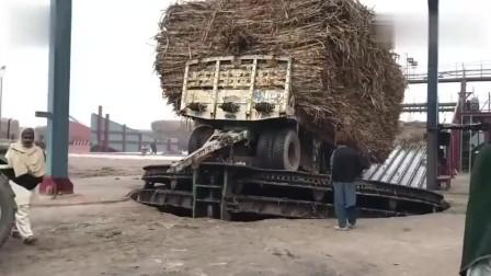 印度拖拉机运输甘蔗到糖厂,卸货方式让人大开眼界