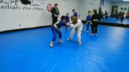 小女孩与小男孩的摔跤对决
