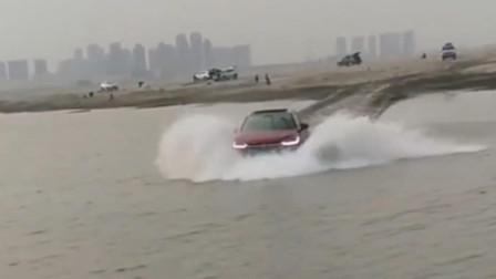 现在的汽车性能都这么好吗,广西小伙开在水上照样行驶,真是让我开眼了!
