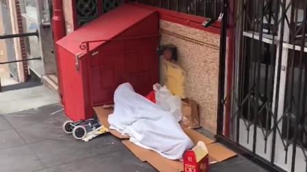 外国疫情得不到控制,街边小商铺关门停业,流浪汉只能躺在大街上
