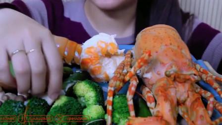 外国小姐姐吃大龙虾,自制的绿色酱汁太亮眼了