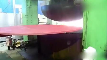 超大钢板给压弯成一个碗,你见过吗?网友直呼:场面太震撼了!