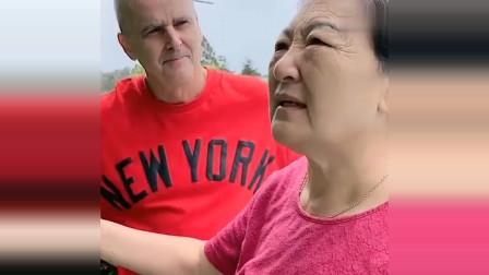 老外在中国:丈母娘菜园里的扁豆长出来了,洋女婿直言又省钱了,太逗了