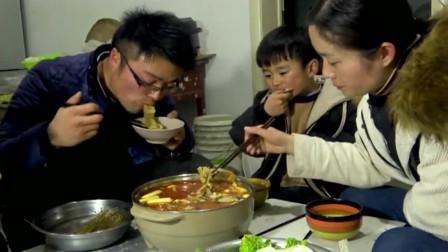大叔做超辣椒麻鸡火锅,一口下嘴直冒汗!一家子吃痛快了!