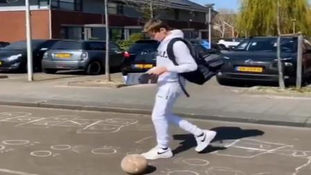 美国小哥哥看报纸,不影响脚下踢球,一个技巧把足球踢进书包里