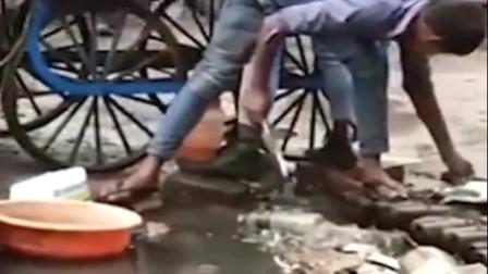 印度街头商贩,当镜头拉下来时,我服了,你这盘子不洗多干净吧