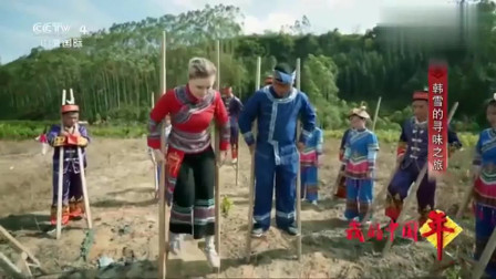 老外在中国:外国女孩到广西毛南族过年,当地庆新年活动高跷踢球,她一学就会