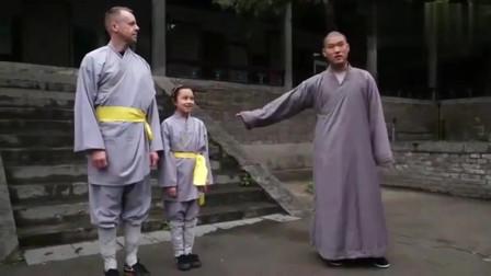 老外在中国:6岁小武僧在少林寺当师傅,教外国小女孩童子功,好呆萌啊