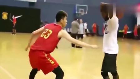 这就是我们和美国篮球的差距,欧文单挑国家队成员,就像打小学生一样!