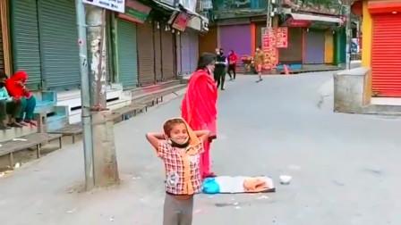 疫情下的尼泊尔街头,乞讨母女也戴着口罩,这一点比美国人强多了!