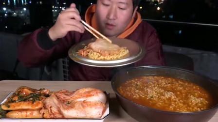 韩国大叔一人吃独食,一锅的泡面配搭泡菜,吃的可真香