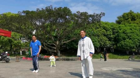 杨介锦:。杨乃景。于2020年4月29日在龙港公园晨练陈式太极拳56式。