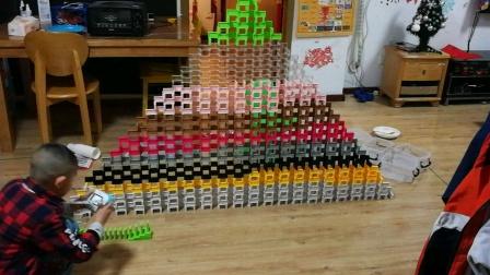 金字塔墙 7岁孩子摆多米诺