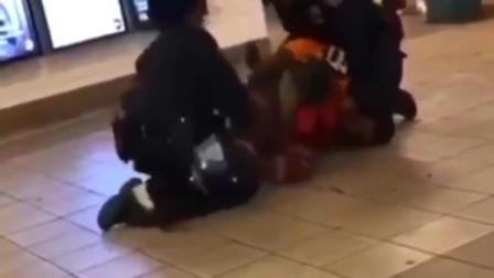 纽约地铁站,男子不认罪拒捕,一脚把美国警察踢到了轨道上