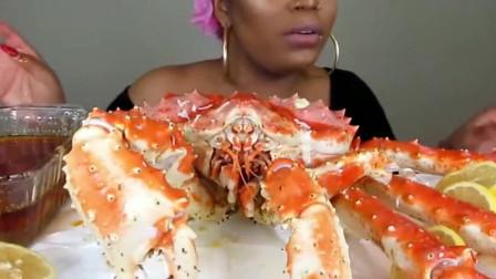 黑人大妈挑战10LB帝皇蟹,手臂大的蟹腿太肥了!