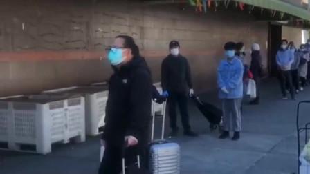疫情下的美国纽约,渐渐都戴上了口罩,每天都要排队购物!