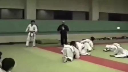 武术大师隔空打飞徒弟,结果被挑战者打的满地找牙!