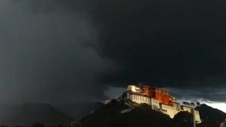 布达拉宫上方出现闪电乌云 奇异景象