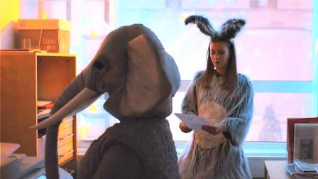 员工扮成大象伪装自己,混在公司的变装派对中,这一切只为了复仇!