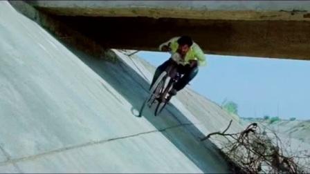 误入雷区:印度神剧,一辆自行车跑的比火车还快