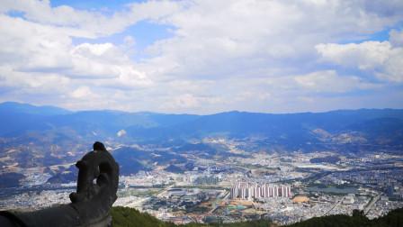"""五一节去爬旗山,山顶俯瞰整个临沧城,真是""""会当凌绝顶,一览众山小""""啊,美极了"""
