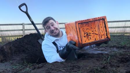 小伙在荒地挖到一个密封宝箱!用电锯切开后,你猜里面有什么?