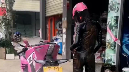 这就是骑士的洗车方式,不光用水枪清洗机车,就连衣服也用水枪来清洗!