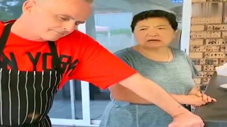 老外在中国:皮特亲自下厨煎牛排,丈母娘和杨姐在一旁监工,生怕煎不熟肉!