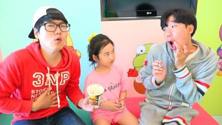 小萝莉和哥哥去游乐园玩!一起来吃拌面!