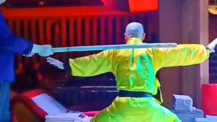 广西南宁市师傅还没准备好,徒弟就打下去了,师傅回头疼的表情龇牙咧嘴!