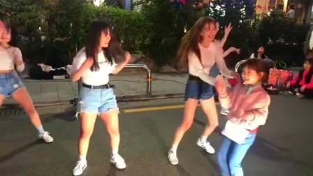 湖南长沙市美女:突然加入队伍的小朋友,没想到能跟上舞蹈的节奏,是个跳舞的人才!