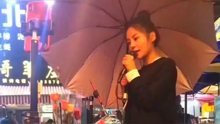 山西运城小姐姐撑着雨伞唱一首《老地方的雨》,唱得真不错