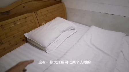 旅行途中,小伙花30块钱住了间大床房,这环境你觉得值吗?