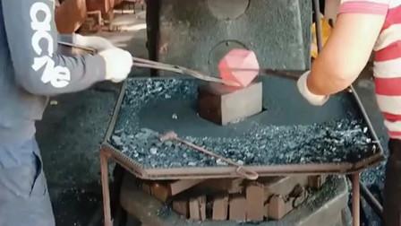 多边体的铁块就是难加工,要两个人一起配合才可以完成