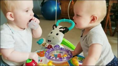 双胞胎小宝宝互抢奶嘴,你来我往太有趣,把妈妈都逗笑了,萌萌的样子太可爱了!
