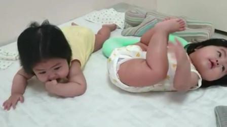 只因双胞胎妹妹还没学会翻身,被一旁的姐姐欺负,她的内心是崩溃的吧!