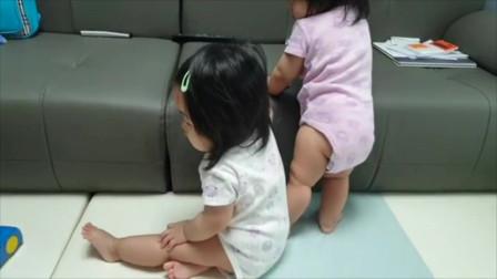 """双胞胎小宝宝一起玩耍,妹妹:""""站着好累,我要歇一歇,姐姐你先玩!"""""""