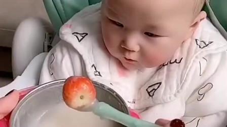 看把这孩子给急的,这是有多久没吃东西了,直接抓着不放啊