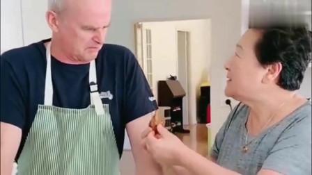 老外在中国:中国丈母娘当着老外女婿的面吃鸡头,把老外恶心坏了!