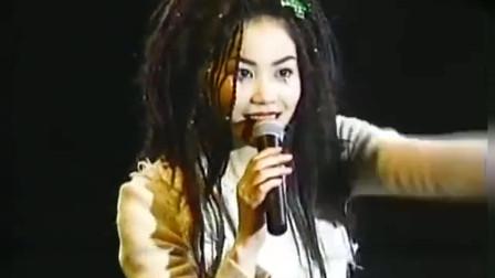 据说当年14岁谢霆锋就是因为这场演唱会,爱上年轻活泼的天后王菲