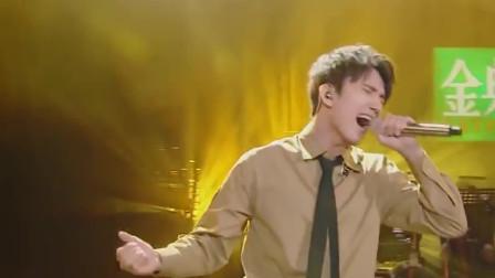 跪下翻唱韩红的歌曲,台下观众都为之心碎,太好听了