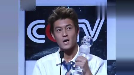 2001年陈冠希获音乐大奖,真是帅掉渣,潮男造型放现在也绝对时尚