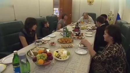 普京邀请一牺牲士兵的妻子及3个孩子坐进专机,一起吃饭并送礼物