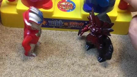 小奥特曼和小怪兽在PK,小朋友们,你们觉得谁会赢呢?